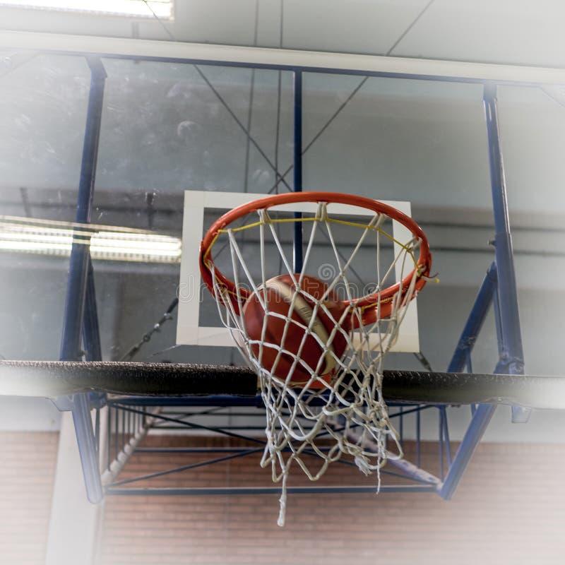 Aro y bola de baloncesto imagen de archivo
