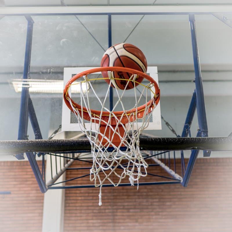 Aro y bola de baloncesto fotos de archivo
