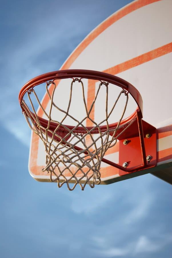 Aro y estándar de baloncesto imagen de archivo
