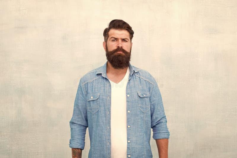 Arogancja emisji mistrz fryzjera Dojrzały hipster z brodą opieka fryzjerska poważny brodaty mężczyzna Męska moda zdjęcie royalty free