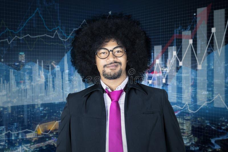 Arogancki uśmiechnięty biznesmen z wzrostowymi wykresami obrazy royalty free