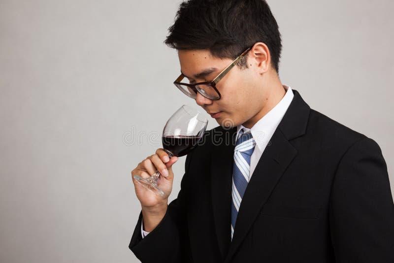 Aroma asiático do cheiro do homem de negócios do vinho tinto fotos de stock