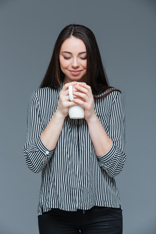 Aroma de cheiro da mulher feliz do café imagem de stock