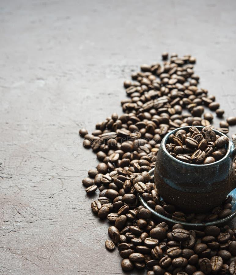 Aroma fresco dos feijões de café do copo na luz de madeira da manhã da tabela imagens de stock