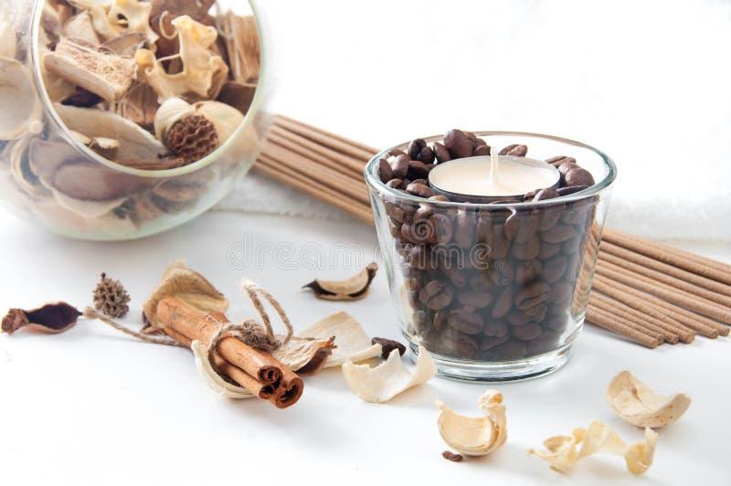 Aromakaars in het glas met koffiebonen, kaneel en perfum stock afbeelding