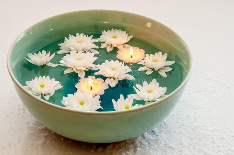 Aromakom met Kaarsen en Bloemen stock afbeeldingen