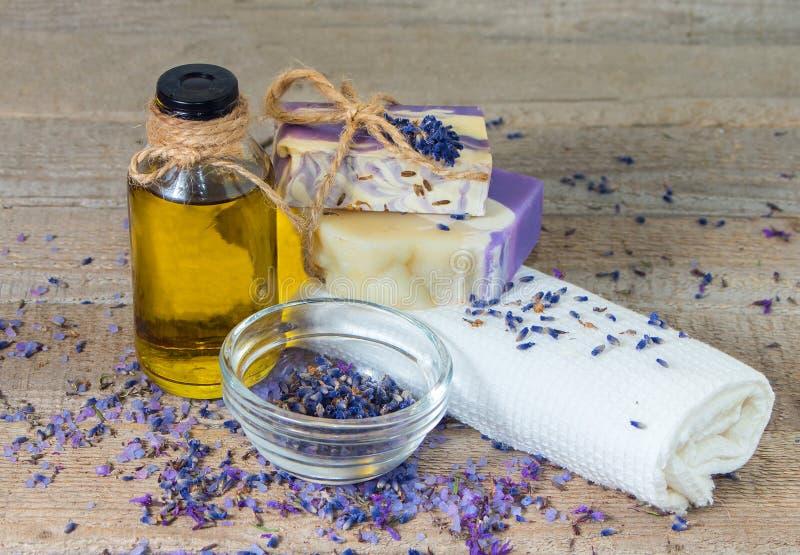 Aromaolie, lavendelbloemen, met de hand gemaakte zeep royalty-vrije stock afbeelding