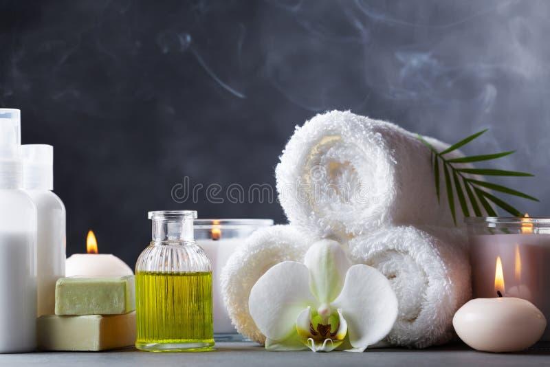Aromaterapia, stazione termale, trattamento di bellezza e fondo di benessere con l'olio di massaggio, fiori dell'orchidea, asciug fotografie stock libere da diritti