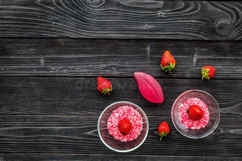Aromatheraphy in stazione termale Sale rosa della stazione termale della fragola in ciotole sullo spazio di legno nero della copi immagine stock