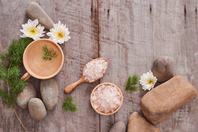 Aromatherapie BADEKURORT gesetzter Badekurort, der über hölzernen Hintergrund einstellt lizenzfreies stockbild
