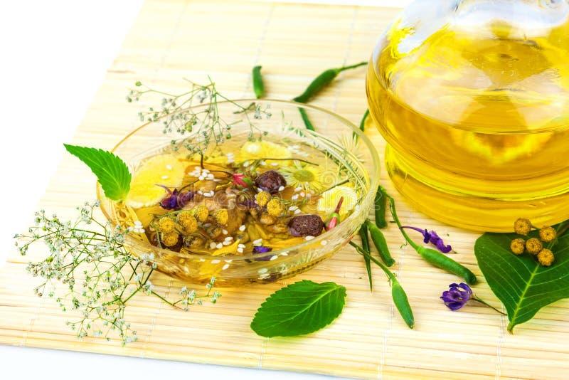 Aromatherapie med gröna sidor arkivfoto
