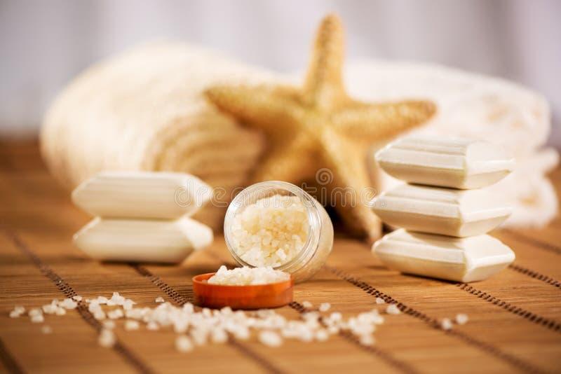 Aromatherapie met badzout stock fotografie