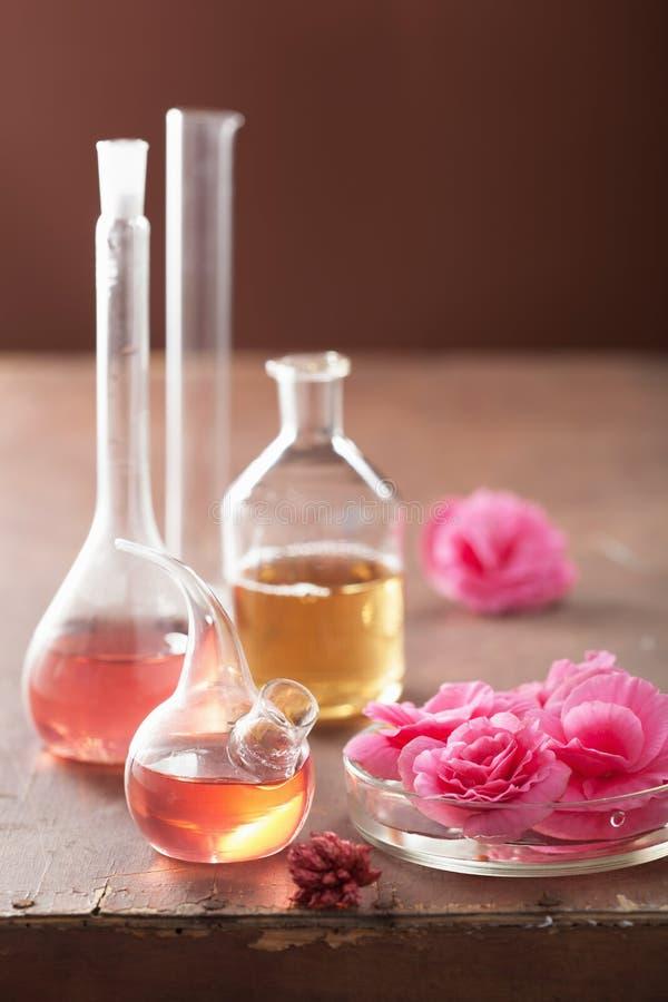 Aromatherapie und Alchimie mit rosa Blumen stockbilder