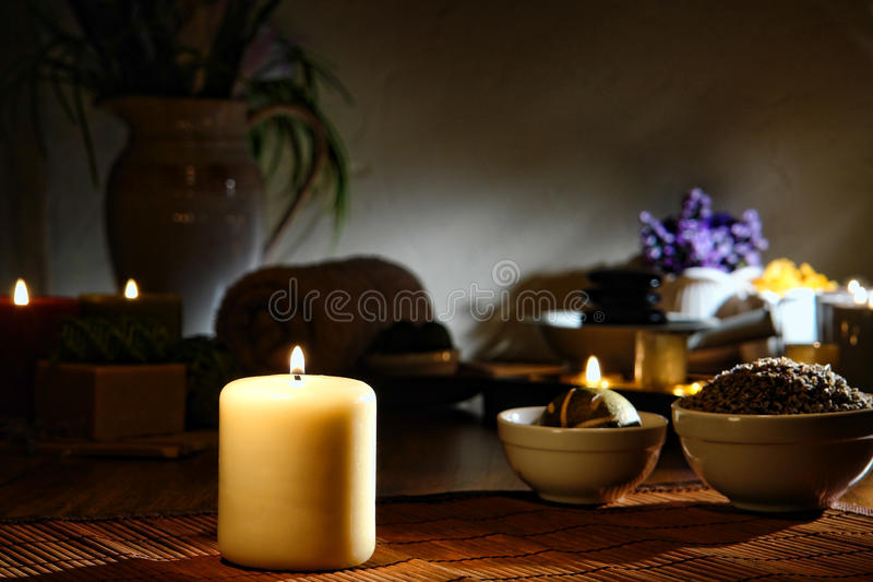 aromatherapy灼烧的蜡烛温泉 免版税库存图片