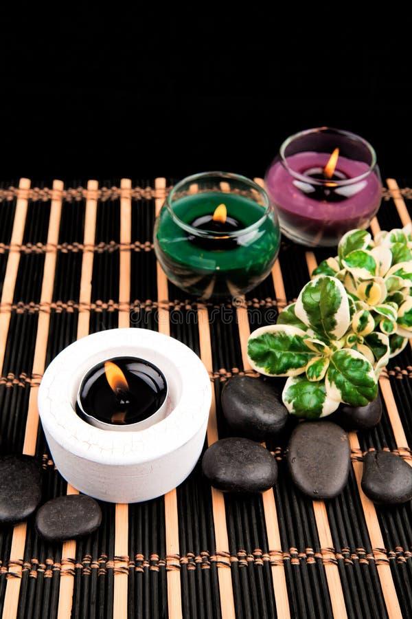 Aromatherapy Κεριά και αντικείμενα SPA στο μαύρο υπόβαθρο στοκ εικόνες με δικαίωμα ελεύθερης χρήσης