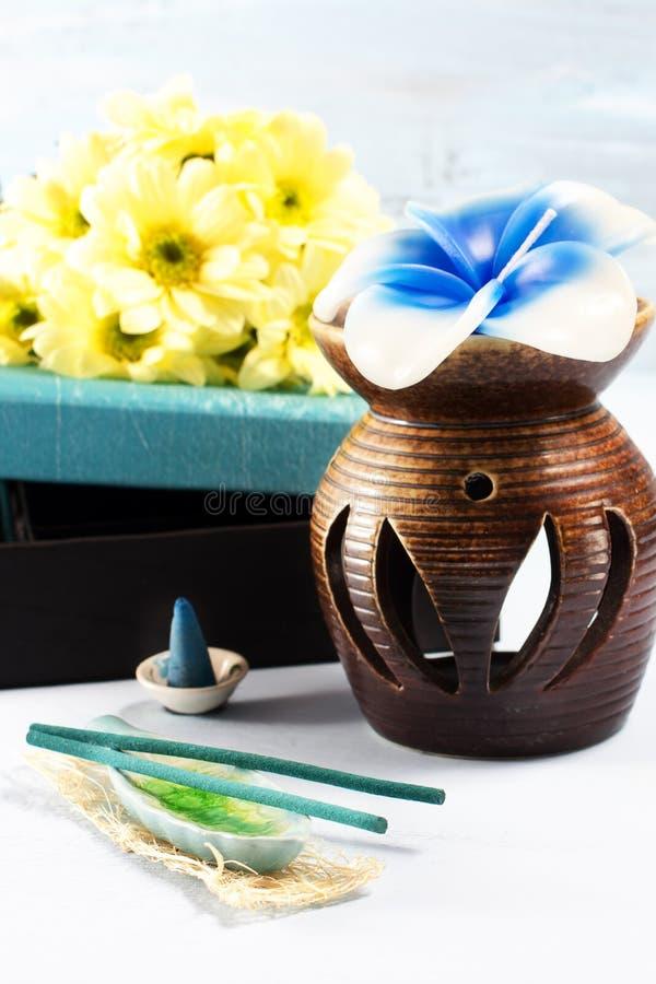Aromatherapy установленный с свечкой и ладаном цветка стоковые изображения rf