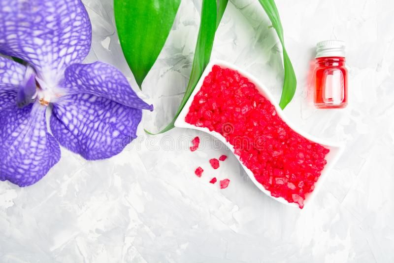 Aromatherapy avec du sel de mer, l'essence d'arome et l'orchidée images stock