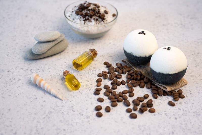 aromatherapy begreppsbrunnsort Spa saltar med kaffedoft nära tvål, brunnsortolja och luffasvamp på bästa sikt för vit bakgrund royaltyfria bilder