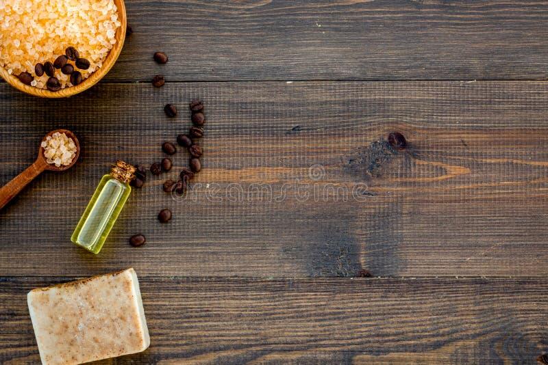 aromatherapy begreppsbrunnsort Spa saltar med kaffedoft nära tvål och luffasvamp på mörk träkopia för bästa sikt för bakgrund royaltyfri fotografi