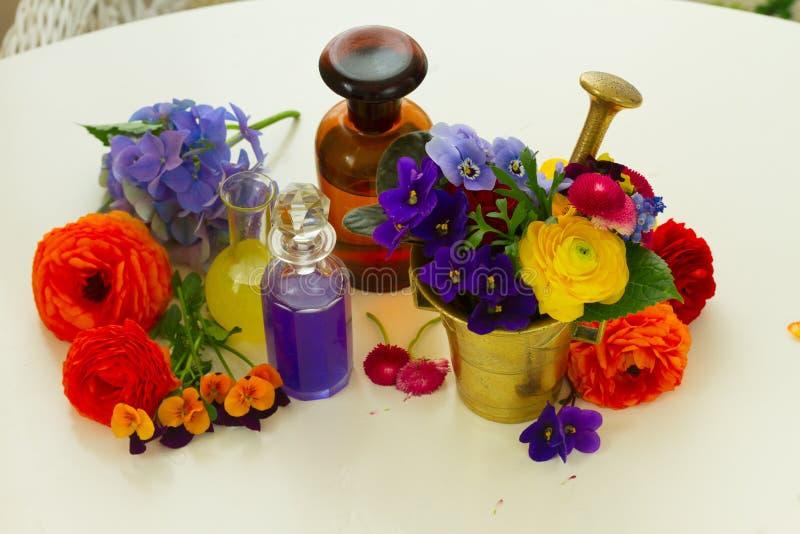 Aromatherapy - blommor i mortel royaltyfria bilder