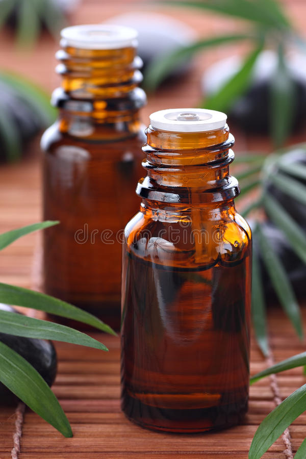 Aromatherapy, botellas de petróleo esencial fotos de archivo