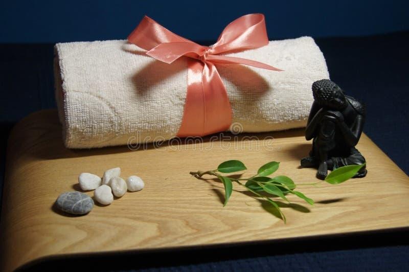 Aromatherapy en balneario con la toalla, la piedra y Buda imagen de archivo