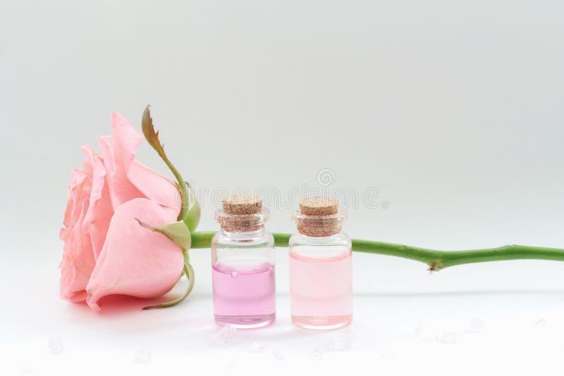 Aromatherapy Kleine glasflessen met kosmetische oliën Het zout van het bad stock foto