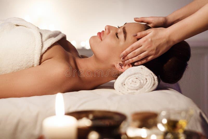 Aromatherapy Kobieta Cieszy si? twarz masa? w zdroju zdjęcie royalty free