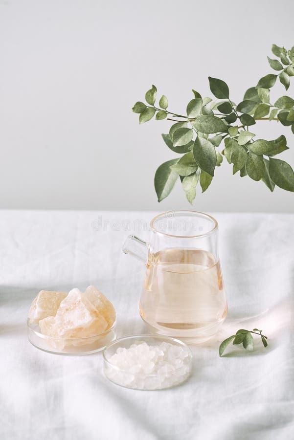Aromatherapy Ma?e szklane butelki z kosmetycznymi olejami alternatywy k?pielowego helthcare medyczna solankowa zdroju terapia ?wi fotografia stock