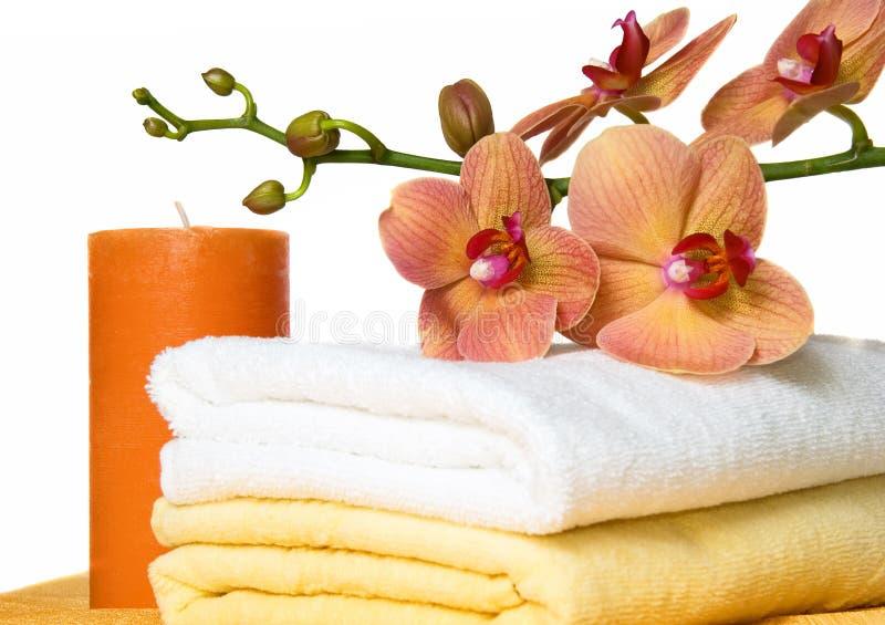 Aromatherapy mit Kerze und Orchideen stockfoto