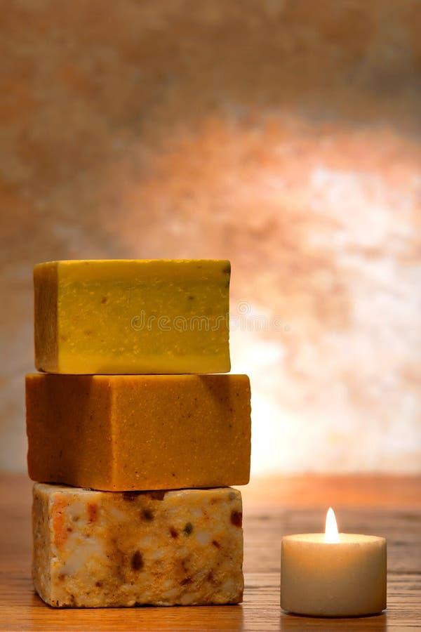 Aromatherapy natürliche Seife und Kerze lizenzfreie stockbilder
