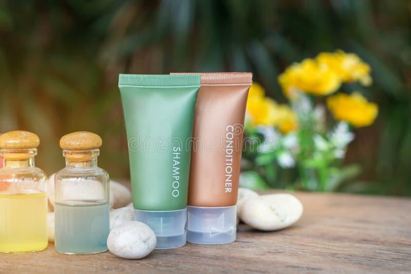 Aromatherapy produktu zdrój terapia masaż z plumeria, frangipani kwiaty, kamienie, aromat świeczka lub olej na biurku, zdrój fotografia stock