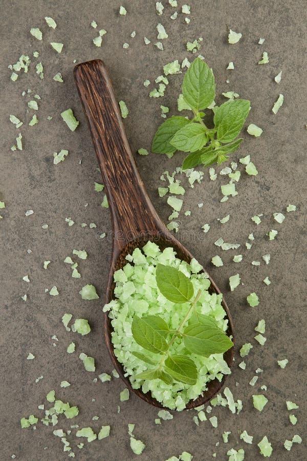 Aromatherapy solankowy zdrój miętówka na zieleni soli zdroju w drewnianym sp zdjęcie stock