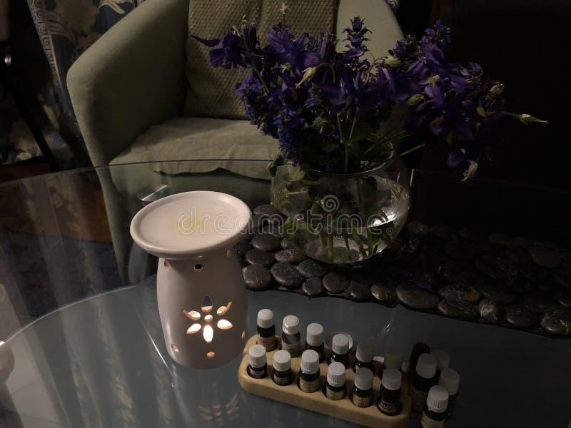 Aromatherapy thuis, brandend aromalamp, en kruiken met etherische oliën royalty-vrije stock afbeeldingen
