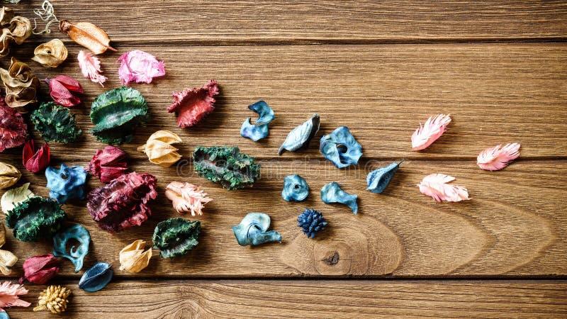 Aromatherapypotpurriblandning av torkade aromatiska blommor på träb royaltyfria foton