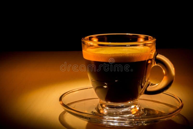 Aromatique在心情照明设备的咖啡杯 免版税库存照片