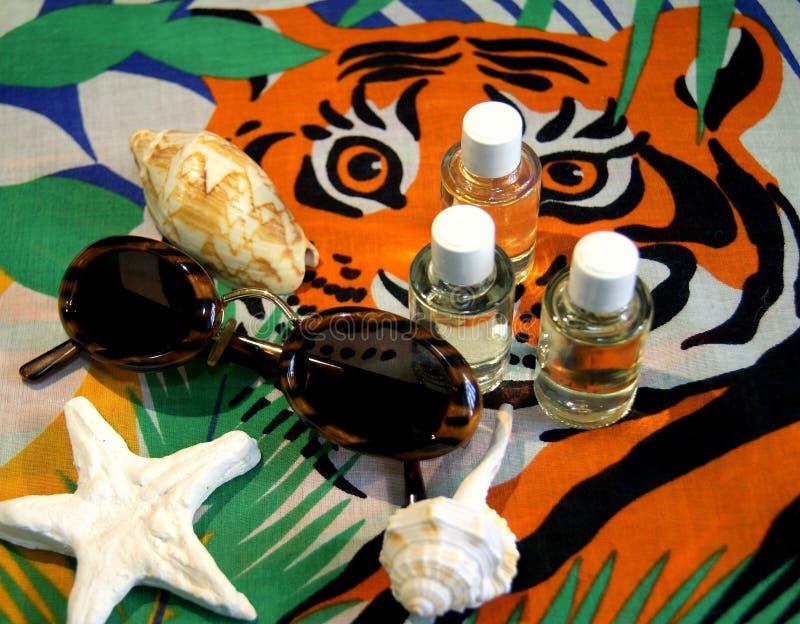 Aromatische Öle des Sommers auf buntem Hintergrund lizenzfreie stockbilder