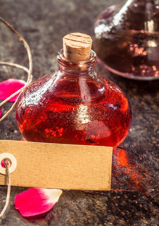 Aromatische Öle und leeres Tag auf rustikaler Tabelle lizenzfreies stockbild