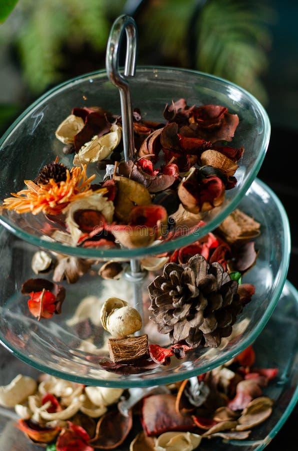 Aromatische getrocknete Kräuter in einem Glasbehälter eingestellt in klimatisiertes Café lizenzfreie stockfotos