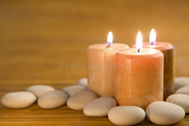 Aromatische Kerzen und Steine lizenzfreies stockfoto