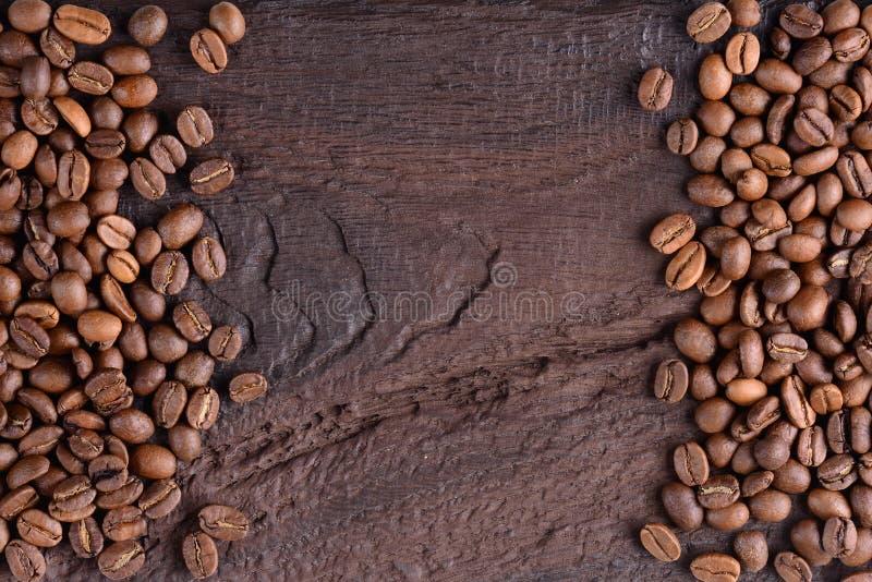 Aromatische koffiebonen op een oude houten lijst Hoogste mening met exemplaar voor tekst Creatieve achtergrond stock foto