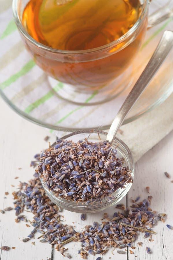 Aromatische lavendelthee en bos van droge lavendel Gestemd beeld stock fotografie