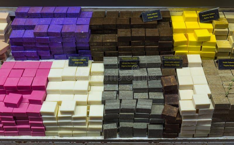 Aromatische met de hand gemaakte zeep van natuurlijke ingrediënten voor verkoop in een lokale markt in Turkije stock foto