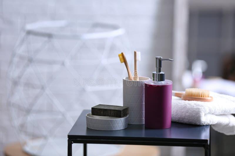 Aromatische Seife und Toilettenartikel auf Tabelle gegen unscharfen Hintergrund stockfoto