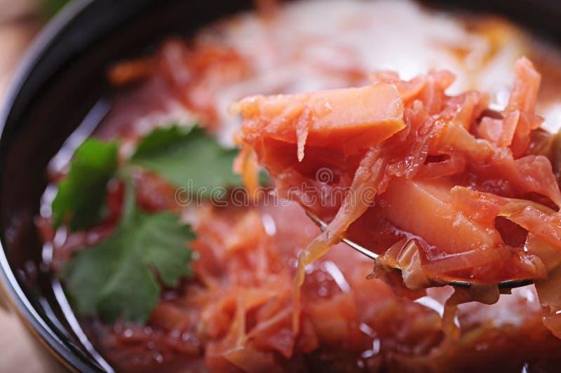 Aromatische soep met zure room en zwart brood stock afbeeldingen