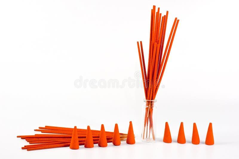 Aromatische stokken van oranje die kleur op een witte achtergrond wordt geschoten stock afbeeldingen