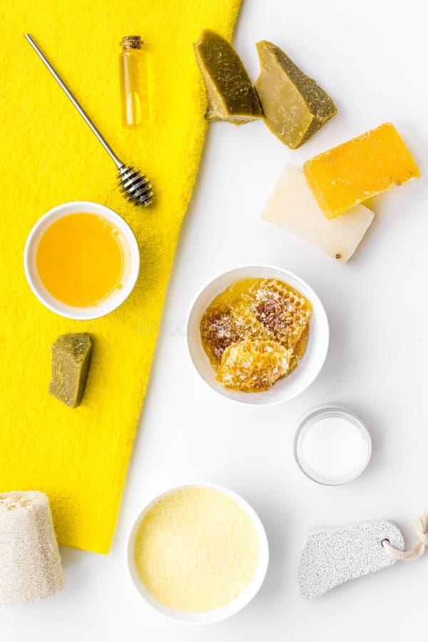 Aromatische theraphy en gevoelige huidzorg Kuuroordreeks op honing op witte hoogste mening wordt gebaseerd die als achtergrond royalty-vrije stock afbeeldingen