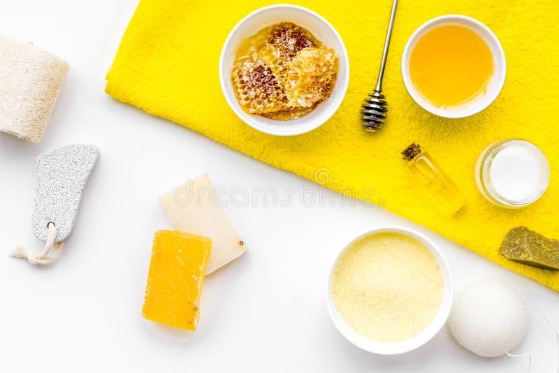 Aromatische theraphy en gevoelige huidzorg Kuuroordreeks op honing op witte hoogste mening wordt gebaseerd die als achtergrond stock afbeeldingen