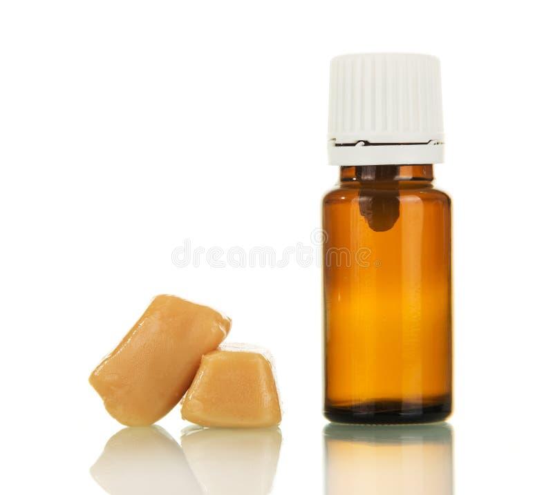 Aromatische vaping vloeibare die e-sigaret en snoepjes op wit wordt geïsoleerd royalty-vrije stock foto
