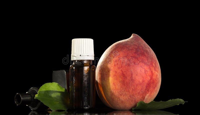 Aromatische vloeistof voor het roken van een elektronische sigaret en een sappige perzik royalty-vrije stock afbeelding